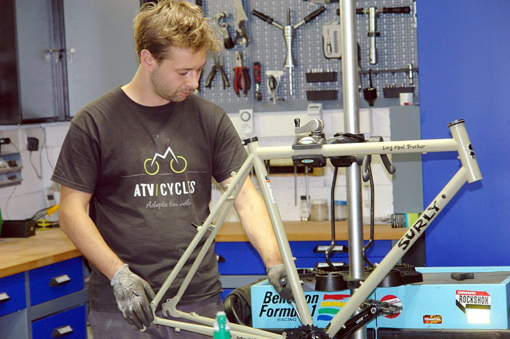 Montage d'un Surly Long Haul Trucker à l'atelier ATC-Cycles